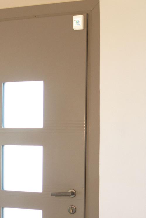Porte d'entrée de maison protégée par SQUIDD Home