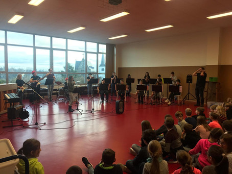 Big-Band-Klasse der Realschule plus spielt in der Aula