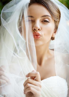 beautiful-bride-in-wedding-dress-and-vei