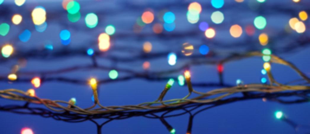 Weihnachtsbeleuchtung auf Bäumen