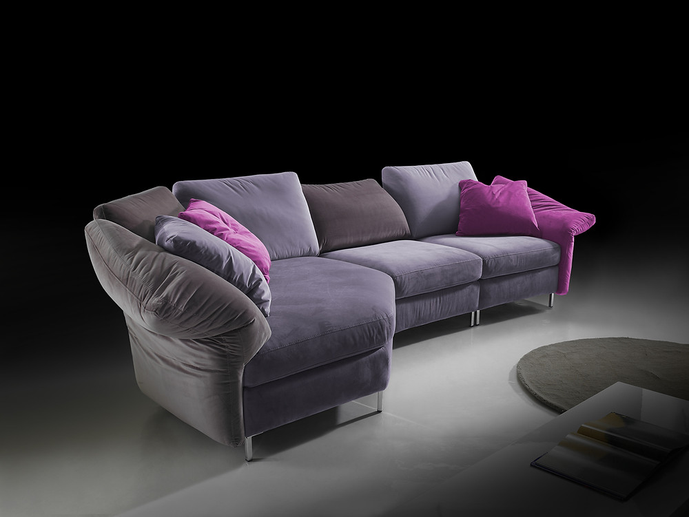 כשמתחילים את עיצוב הבית מהספה אפשר לבחור צבעים שיבליטו את נוכחות הספה