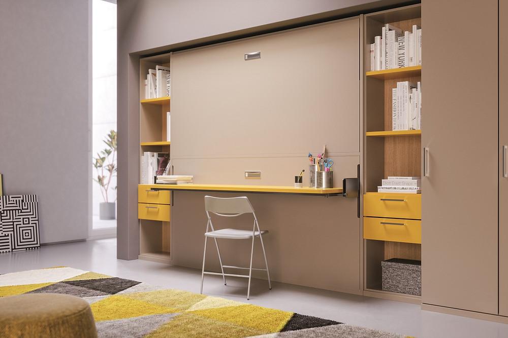 מיטת קומותיים נפתחת מהקיר משולבת עם שולחן