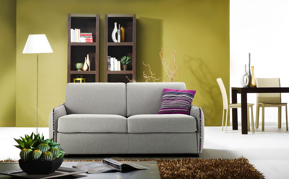 ספה נפתחת למיטה בצבעים רגועים בשילוב כריות צבעוניות