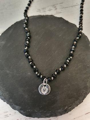 Collar Niñita Sagrado Corazón Repujado Bañado en Plata con Cristal Negro