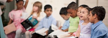 아이들은 성경을 읽는다.