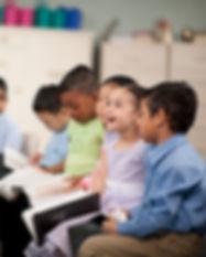 Niños leyendo la Santa Biblia