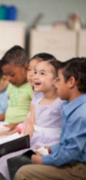 Enfants lisant la Sainte Bible