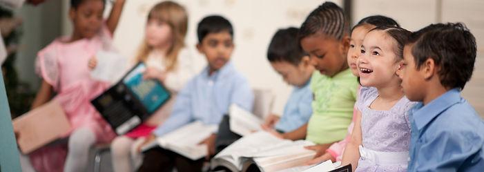 Bambini che leggono la Sacra Bibbia