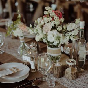 Az asztalokra színes futó vagy szalagok vagy asztalközép