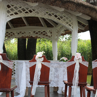 4 db székre díszítés: székszoknya, masni, szalag, selyemvirág, tábla