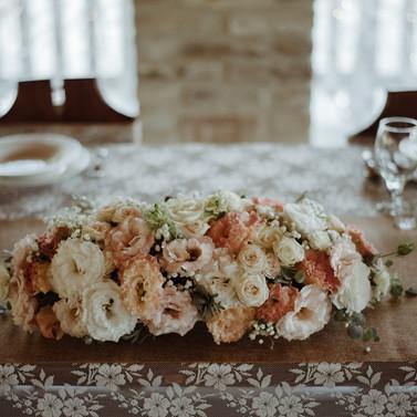 Főasztal virág díszítés