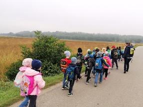 1.Klassen auf Wanderung