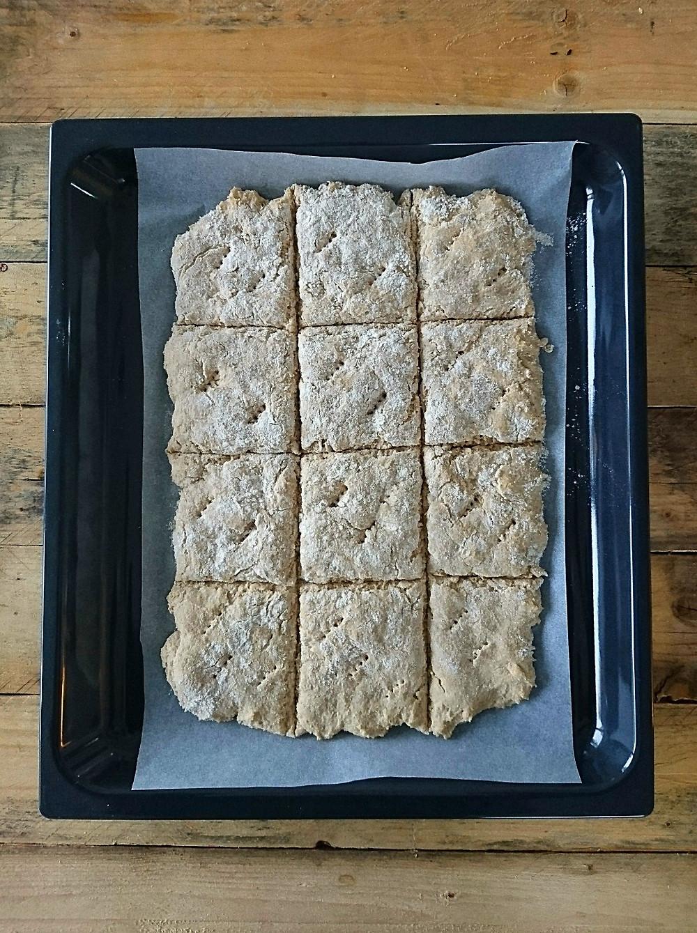 Leikkaa kohonnut peltileipä ruuduiksi veitsellä tai taikinapyörällä 12 osaan ja pistele haarukalla. Guteeniton, laktoosion ja maidoton peltileipä. Helppo resepti.