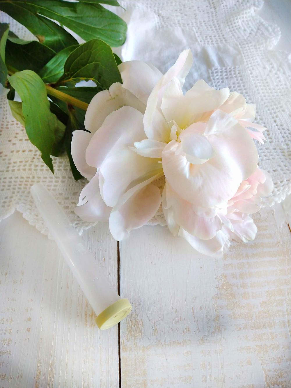 Voit kätkeä suurimman kukan varren vesitulpan kanssa kakun uumeniin. Kakun koristelu.