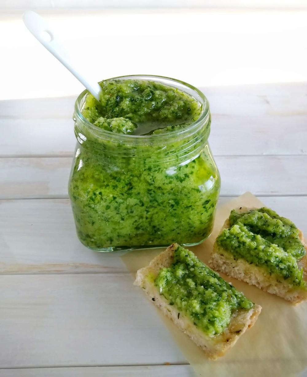 Itsetehty vegaaninen vihreä pesto ilman juustoa tai muita maitotuotteita.