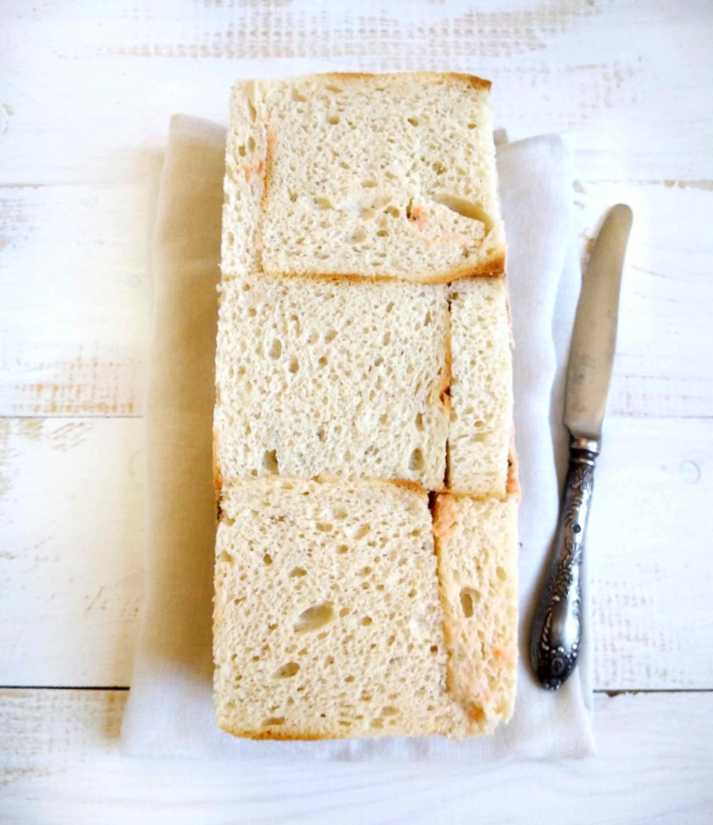 Leipäviipaleet eivät aina ole juuri vuoan kokoisia. Gluteeniton leipä voileipäkakussa. Gluteenittomat leipäviipaleet. Gluteeniton leipä. Silloin voit hyvin paikata aukot sopivan kokoisilla leipäviipaleen paloilla. Gluteeniton ja maidoton lohivoileipäkakku ja kuorrutus.