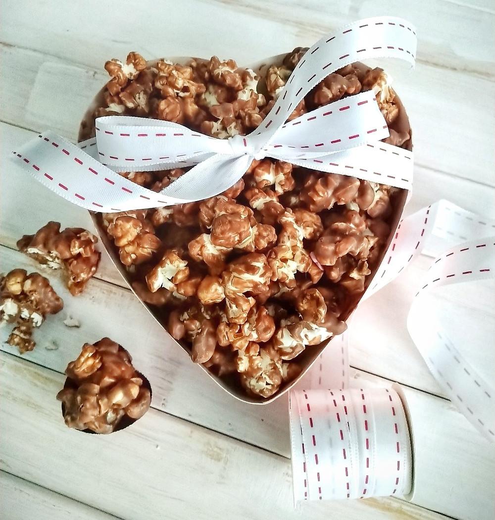 Suklaapopcorn, popcorn, suklaa, ystävänpäivä, ystävänpäivälahja, suklaalahja, ruokalahja, helppo resepti. Nopea suklaaherkku. Suklaajälkiruoka. Suklaa naposteltava.