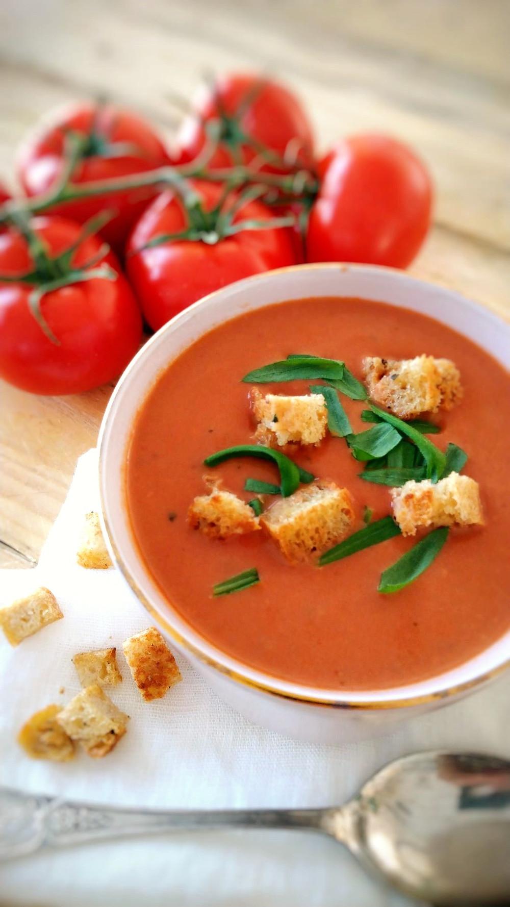 nopea keitto, tomaattikeiton resepti, paahdettu tomaattikeitto, tomaatti, keitot, tomaattikeitto tuoreista tomaateista, paseerattu tomaatti, purkkitomaatti, säilyketomaatti, kermainen tomaattikeitto, kasrvikerma, vegaaninen tomaattikeitto, ilman maitotuotteita, oatly, basilika, sipuli, aurinkokuivaatu tomaatti, tulinen tomaattikeitto, oliiviöljy