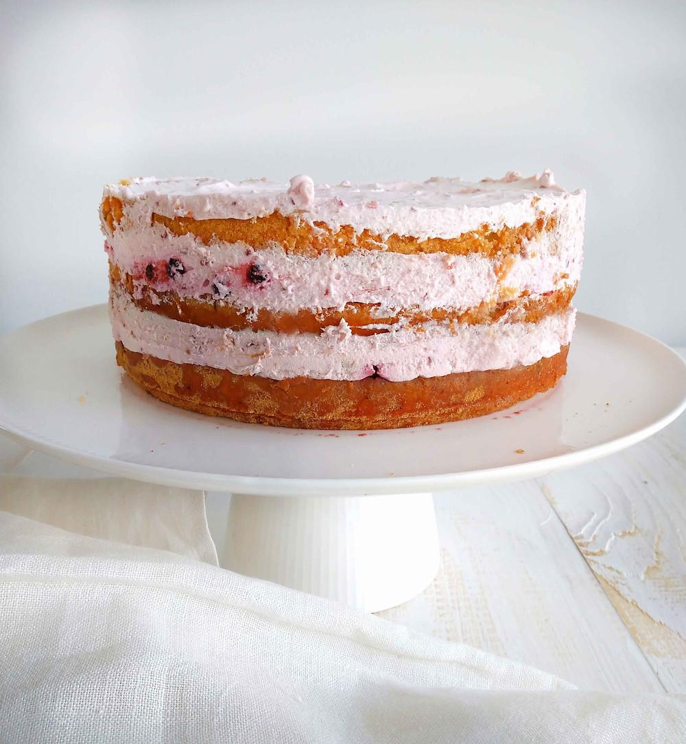 Kakun moussekerrokset hyytyvät muutamassa tunnissa. Kakku on valmis kuorruttamiseen ja koristeluun.