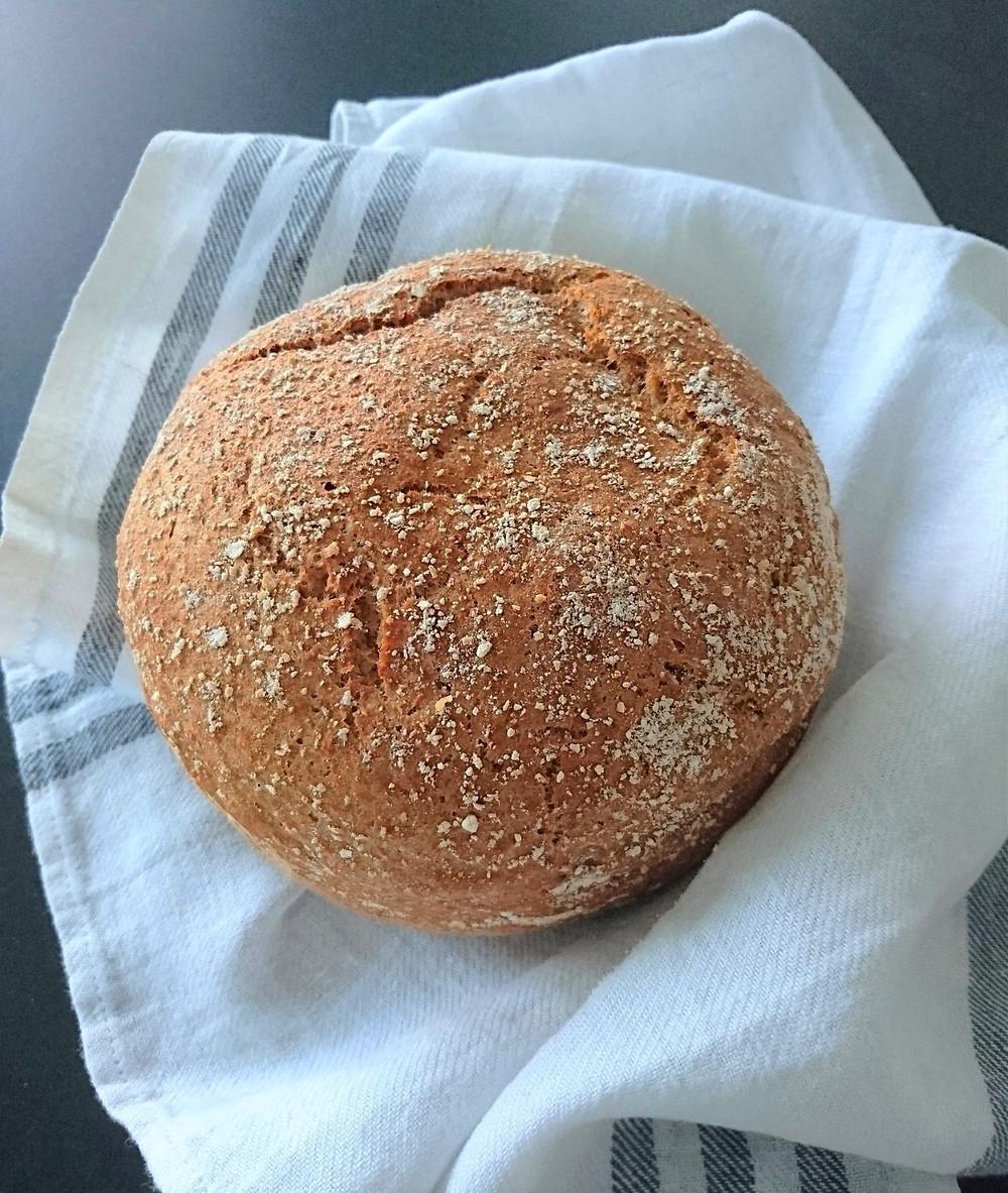 """Jos haluat  paistaa leivästä pyöreän ja korkean, käytä silloin pyöreää ja melko tarkasti """"mitoitettua"""" uunivuokaa. Väljässä vuoassa leivästä paistuu litteä koska gluteeniton ja maidoton pataleipätaikina on hyvin löysää."""