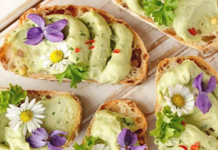 Levitä avokadoseosta runsaasti leipäviipaleiden päälle. Jos haluat enemmän tulisuutta, lisää hienonnettua chiliä ja mustapippurirouhetta koristelun lomassa. Paras avokadoleipä resepti. Maidoton ja gluteeniton resepti.