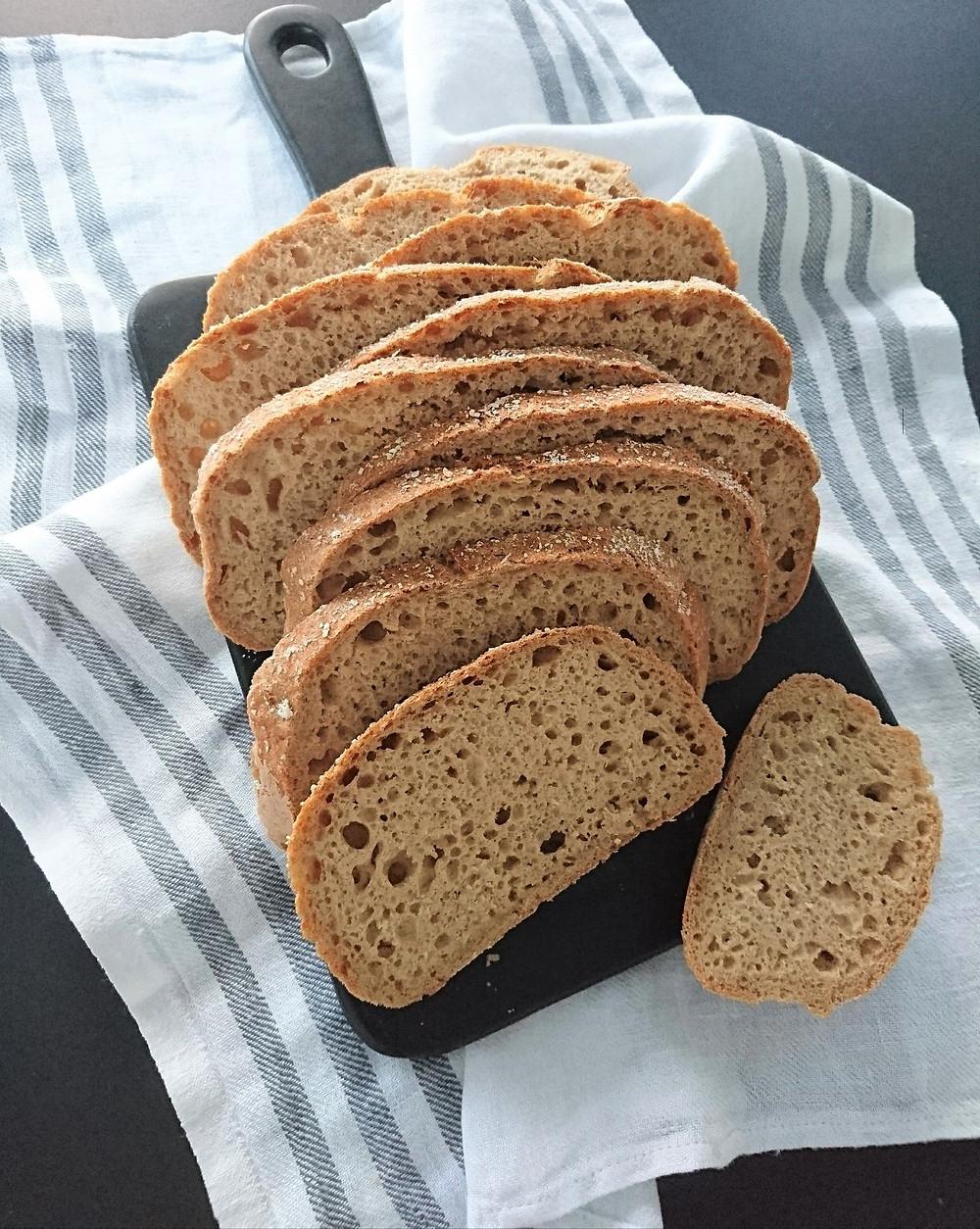 Pataleipä maistuu keittojen ja salaatin kanssa. Siitä on mukava tehdä myös herkulliset eväsleivät vaikka töihin. Viipaloidun pataleivän ilmakuplista näkee kuinka kuohkeaa ja pehmeää leivästä tulee. Gluteeniton ja maidoton leipäohje sopii herkkävatsailsille ja vegaaneille.