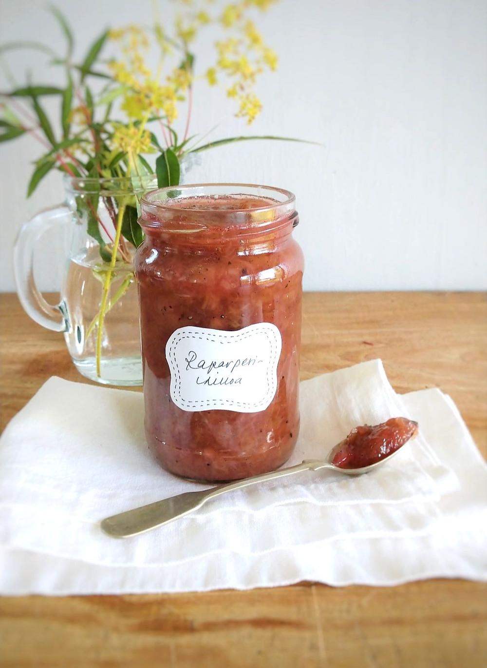 raparperihillo, hillo, hilloaminen, raparperipiirakka, säilöntä, blogit, mansikka, reseptit,mansikkahillo, kardemumma, mansikkaraparperi, kardemummakakku, rapaperihilloke, hilloskeria, ruoka, itse tehty hillo