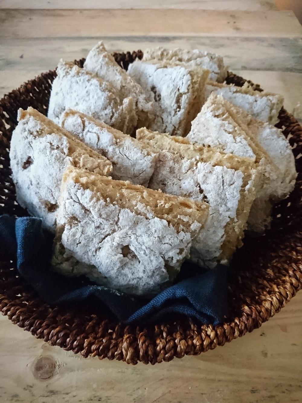 Anna leivän jäähtyä huoneenlämpöiseksi ja leikkaa tai taita leipäpalat tarjolle. Gluteeniton kauraleipäsopii FODMAP--ruokavalioon. Herkän vatsan leipä koko perheelle.