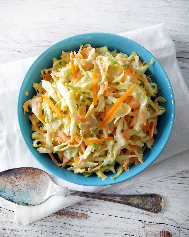 Raikas vegaaninen coleslaw on myös gluteeniton, maidoton ja laktoositon. Makea varhaiskaali sopii minenlaisiin salaatteihin. Helppo ja nopea coleslaw resepti. Nopea salaatti varhaiskaalista. Coleslaw salaatti. Varhaiskaalisalaatti. Hyvä salaatinkastike.