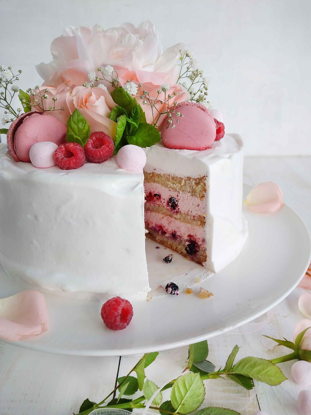 Täytekakun riittoisuus riippuu paljolti täytteen ja kuorrutteen määrästä. Mitä tuhdimpi täyte, sitä useammalle syöjälle riittää kakkua. Täytekakun täyte. Vadelmamoussetäyte kakkuun.