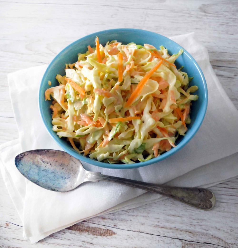 Helppo ja nopea resepti coleslaw-salaatille. Vegaaninen, maidoton, laktoositon ja gluteeniton salaatti maistuu grillatun ruoan kanssa.