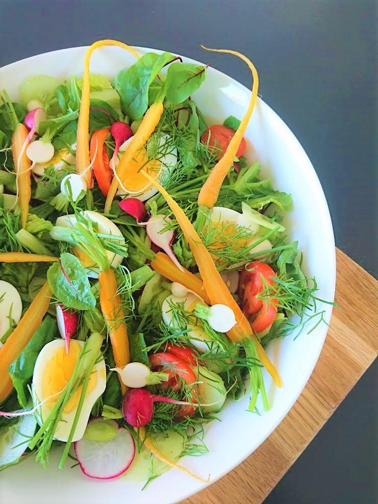 Herkullinen kesäsalaatti on mukava tarjottava isollekin joukolle. Rapea salaatti. Juhannussalaatti. Kananmunasalaatti. Ruokaisa salaatti kananmunilla. Kotimaiset kasvikset ja yrtit. Iso salaatti. Juhlava salaatti. Vegaaninen salaatti. Salaattiainekset.