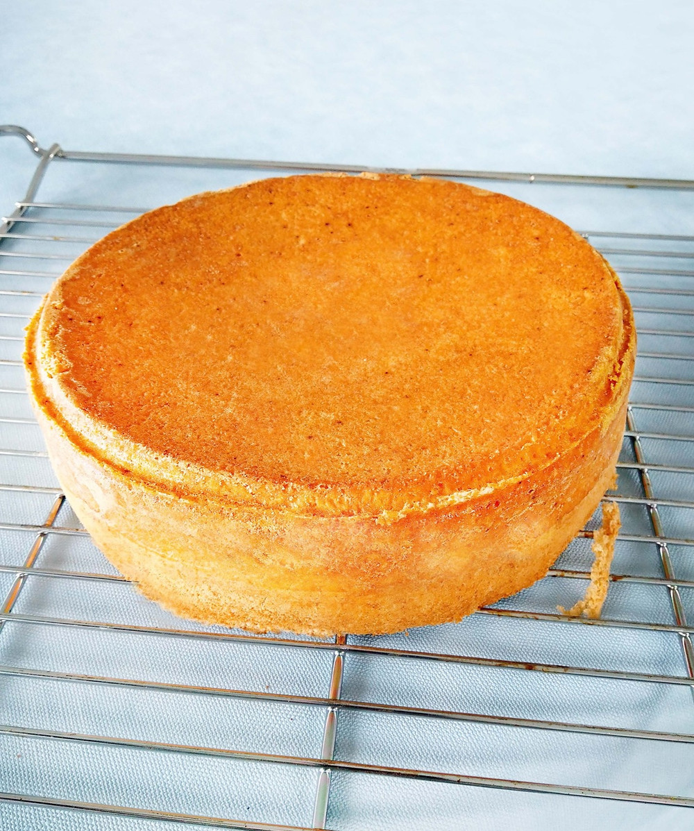 Neljän munan gluteeniton kakkupohja. Täytekakusta saa noin 8 - 9 annosta riippuen siitä kuinka paljon siinä on täytettä ja kuorrutusta. Helppo ja nopea gluteeniton kakkupohja. Gluteeniton sokerikakkupohja täytekakulle.