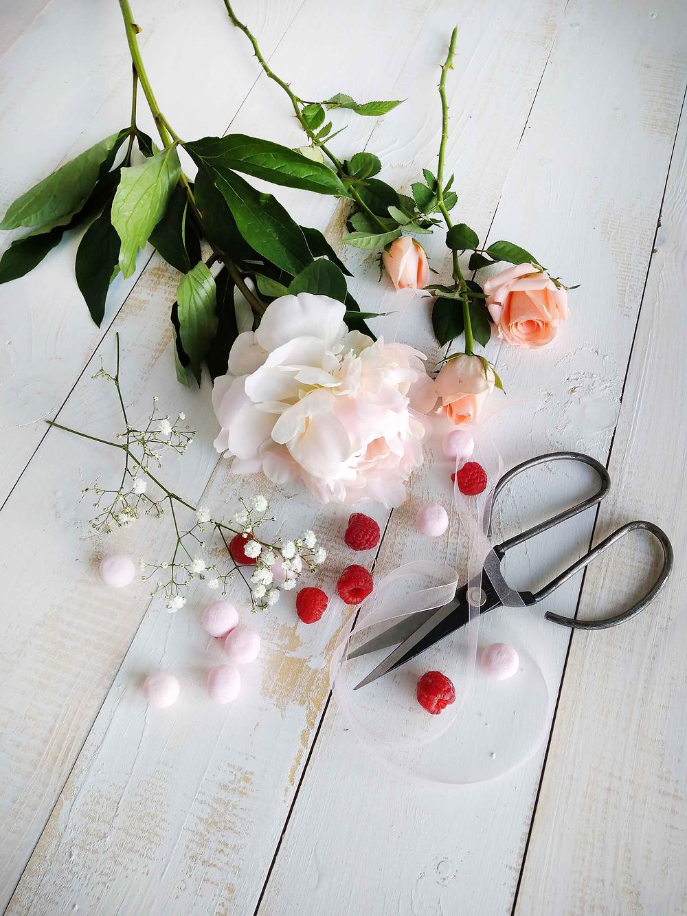 Näyttäviä koristeita täytekakun koristeluun.