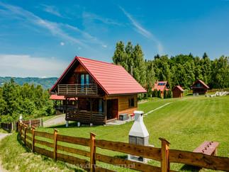 U Kazika w Górach - Ślemień niedaleko Żywca - zdjęcie profilowe wykonane dronem na niewielkiej wysokości, domku letniskowego na wynajem na booking.com i do Internetu. Czerwiec 2021