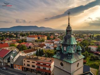 Fotografia z powietrza kościoła w rynku w Kętach