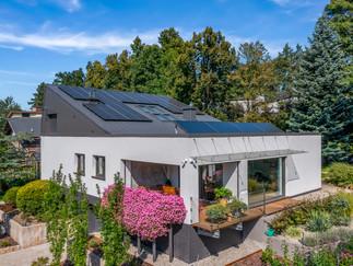 Zdjęcie domu z fotowoltaiką wykonane dronem.jpg