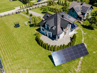 Zdjęcie z drona instalacji fotowoltaicznej ground full black