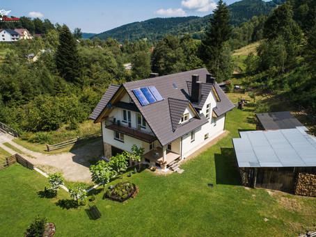 Prezentacja domu na sprzedaż z drona i kamery 4K