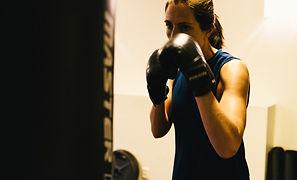 Malin från Sanaego boxar på en boxnigssäck