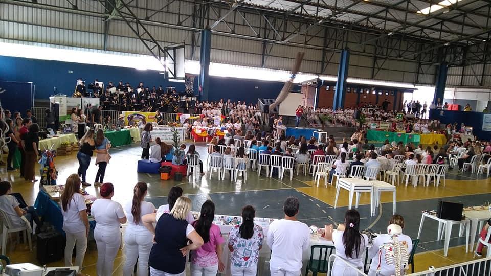 Público no ginásio do Colégio SESI, prestigiando a palestra de abertura e os stands da feira
