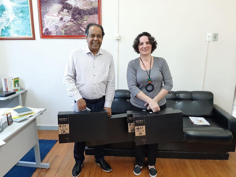 Entrega dos notebooks, na foto o Reitor da UNICENTRO Osmar Ambrósio e a Diretora Executiva da INETI Adriana Queiroz