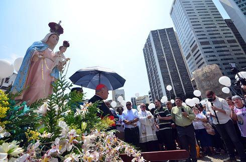 Fieis durante o Terço da Paz, realizado no Largo da Carioca