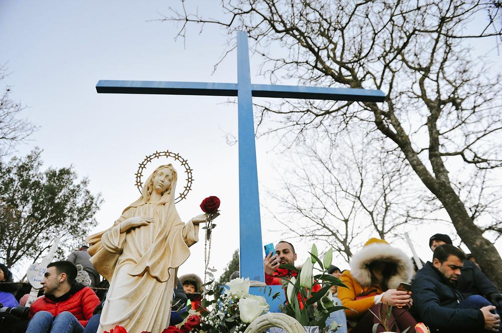 Filhinhos, tomem a cruz em suas mãos. Que ela seja para vocês um estímulo de que o amor sempre vence, especialmente agora, quando a cruz e a fé são rejeitadas