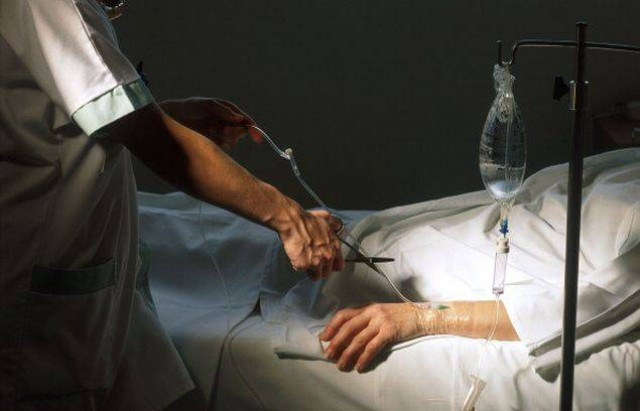 Mesmo que a morte seja considerada iminente, os cuidados habitualmente devidos a uma pessoa doente não podem ser legitimamente interrompidos