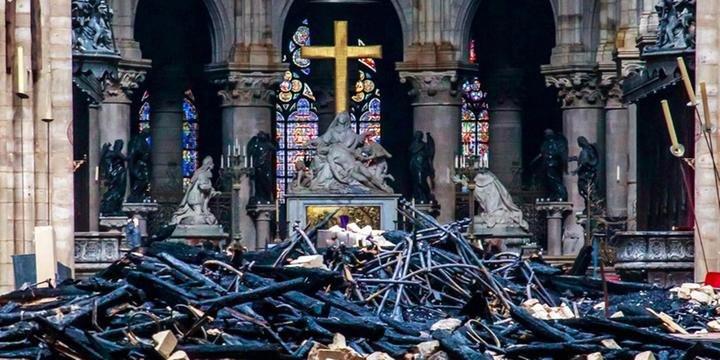 Interior da Catedral após o incêndio  (Foto: Christophe Petit Tesson/AFP)