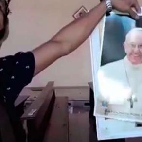 Em vídeo divulgado pelo Estado Islâmico, terrorista rasga foto do Papa