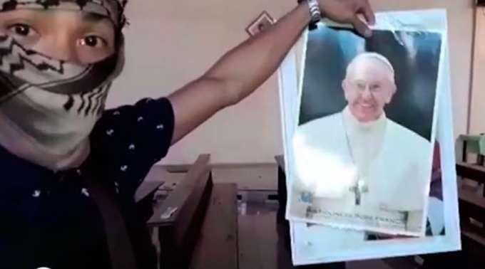 Terrorista com a foto do Papa Francisco (Foto: Reprodução)