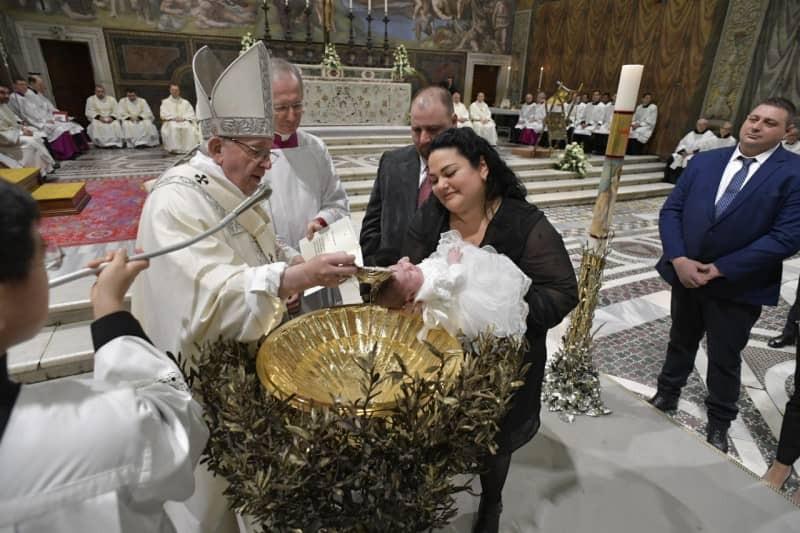 Papa Francisco batiza 27 crianças (Foto: Vatican.va)