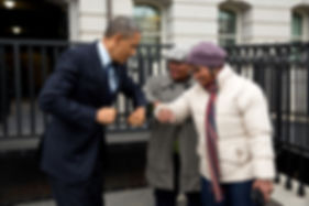 640px-Barack_Obama_bumps_elbows_with_wom